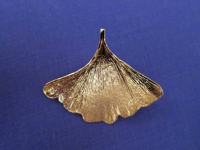 Boucle d'oreille Ginkgo en feuille dorée à l'or.